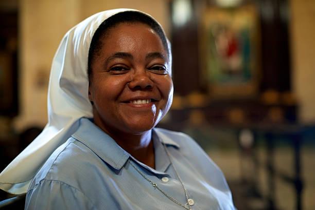 mujer y espiritualidad, retrato de monja en la iglesia católica - hermana fotografías e imágenes de stock