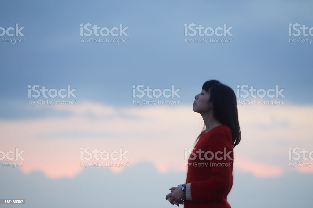 kadın ve gün batımı bulutlar stok fotoğrafı