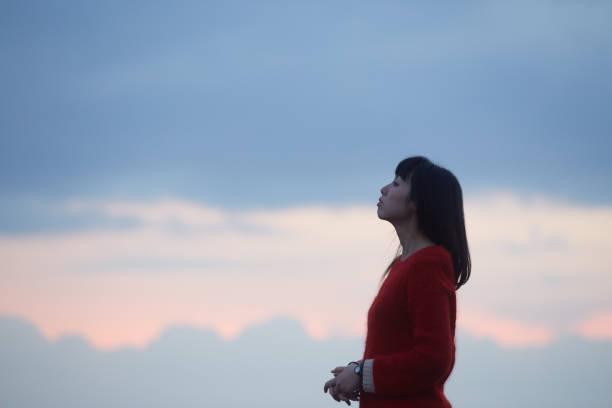 女性と夕焼け雲 ストックフォト