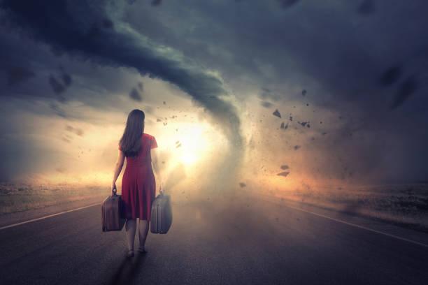 vrouw en tornado - tornado stockfoto's en -beelden