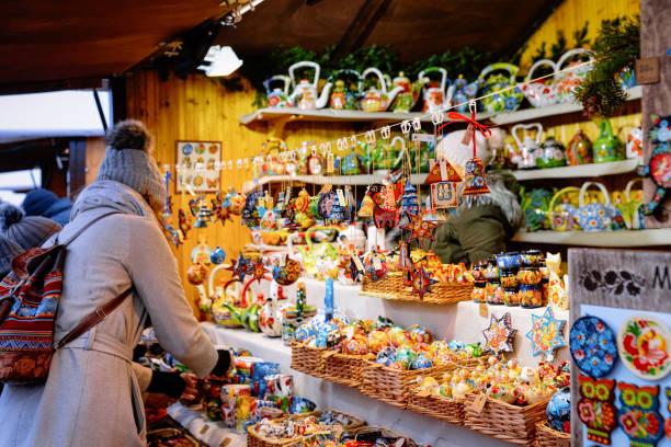 frau und holz christbaum dekorationen weihnachtsmarkt - ausstellungen köln stock-fotos und bilder