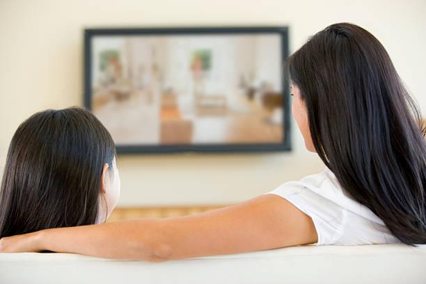 menina mulher e jovem na sala de estar com televisão - tv e familia e ecrã imagens e fotografias de stock