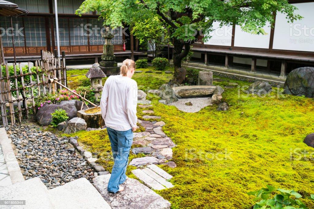 Frau Und Zengarten Von Chionjitempel In Kyoto Japan Stock Fotografie