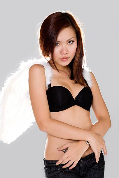 frau engel mit unschuld look - damen hosen angels stock-fotos und bilder