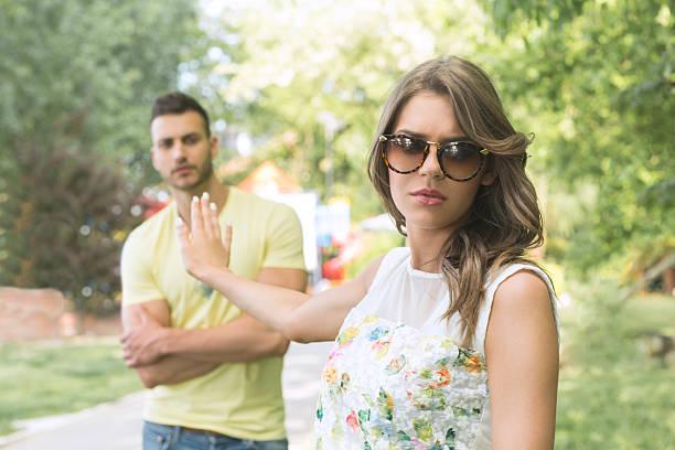 女性彼女の怒りにボーイフレンド - 別れ ストックフォトと画像