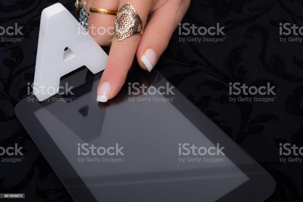 Mujer A las respuestas de opción múltiple a, b o c en la tableta - foto de stock