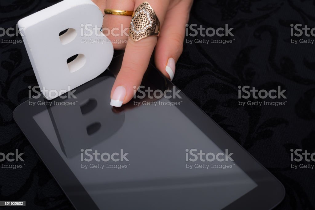 Mujer responde B de opción múltiple a, b o c en la tableta - foto de stock