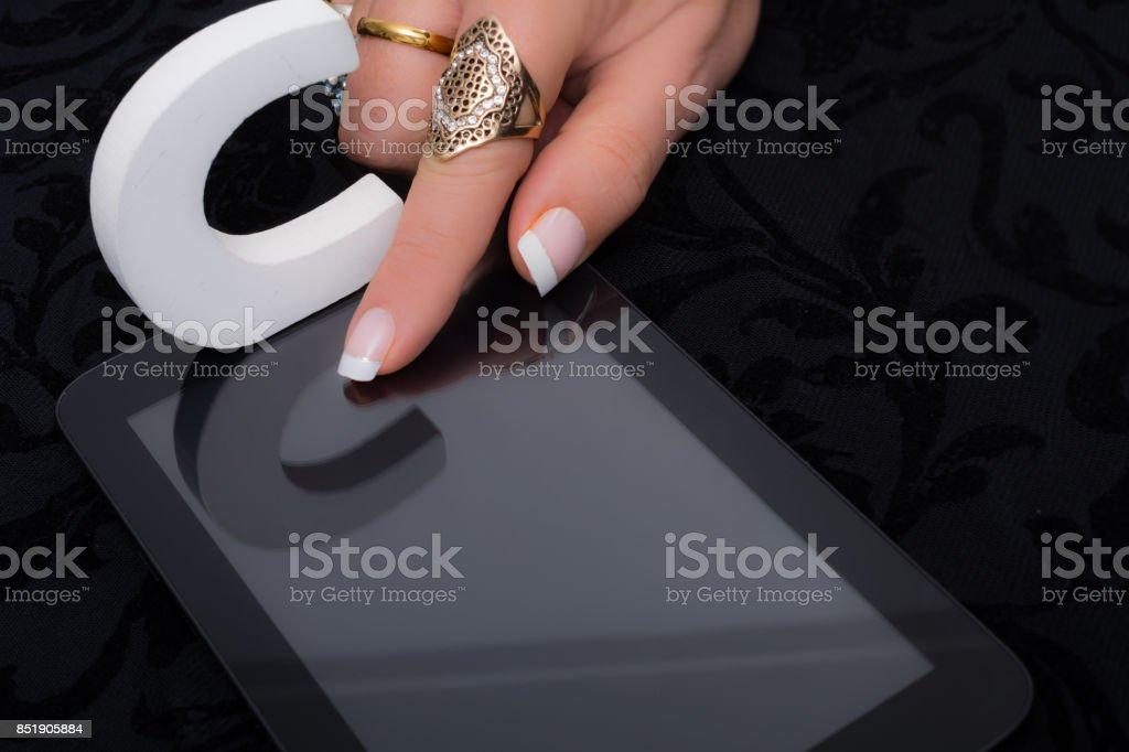 Mujer C las respuestas de opción múltiple a, b o c en la tableta - foto de stock