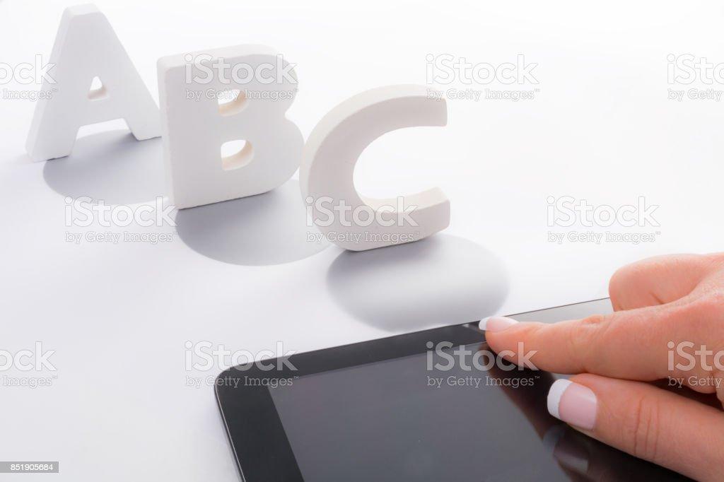 Mujer de respuestas opción múltiple a, b o c en la tableta - foto de stock