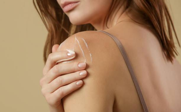 Frau Anwendung Körpercreme auf Arm, Schönheit Hautpflege Konzept, Studio schuss – Foto