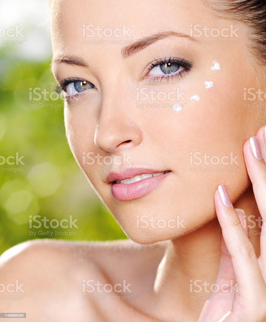 Frau Anwendung kosmetische Creme in der Nähe von Augen – Foto