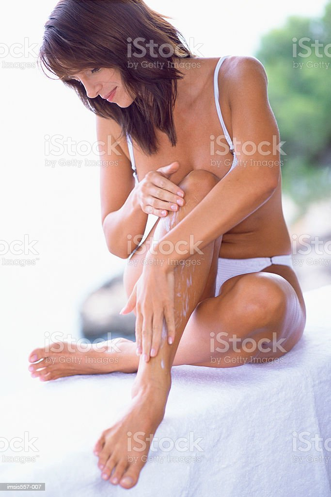 Frau Anwendung kosmetische Creme Lizenzfreies stock-foto