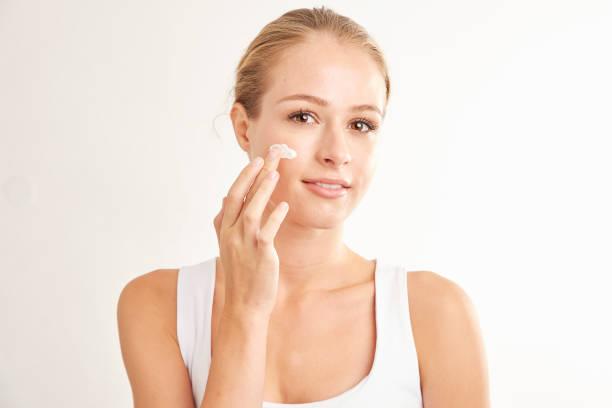 Frau Anwendung Gesichtscreme – Foto