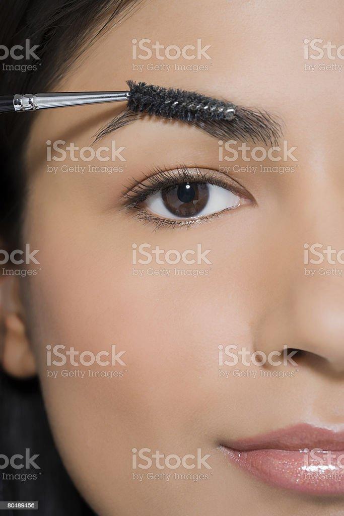 、女性はメイクアップと眉毛彼女の ロイヤリティフリーストックフォト
