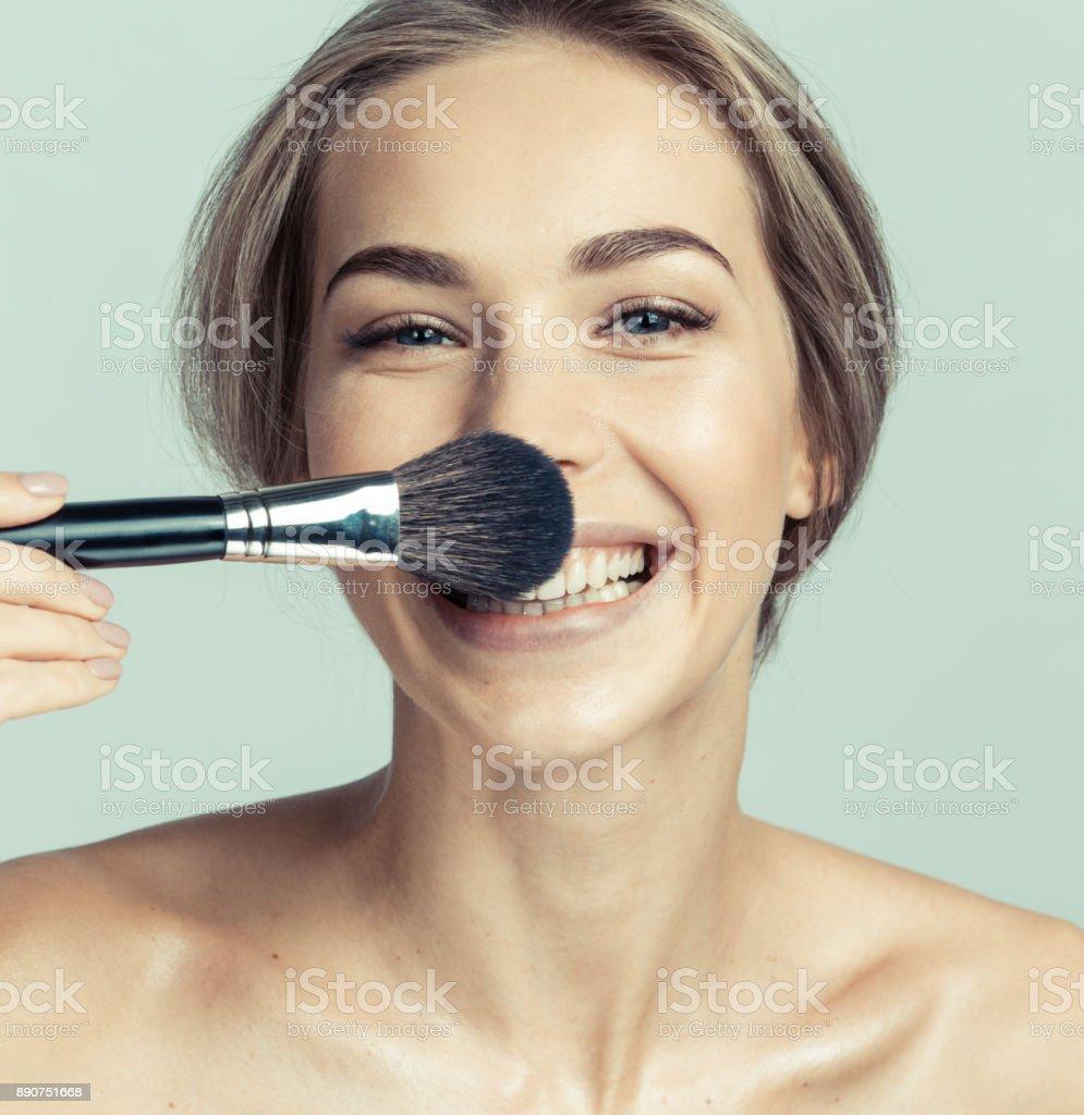 Woman Anwendung make-up mit dem Pinsel – Foto