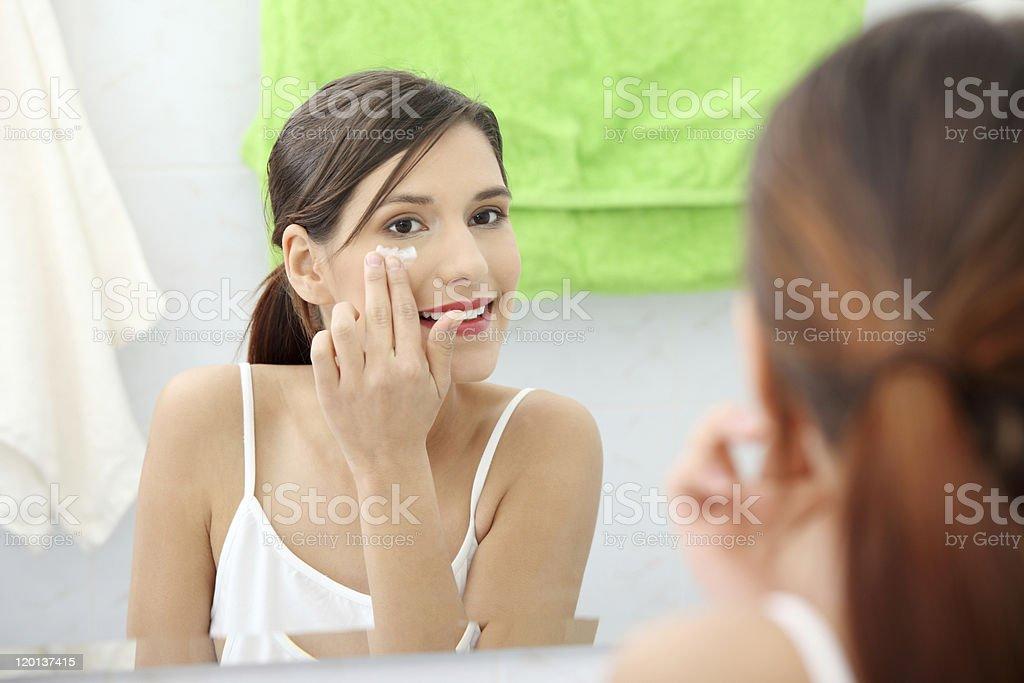 Frau Anwendung Feuchtigkeitscreme Creme auf Gesicht – Foto