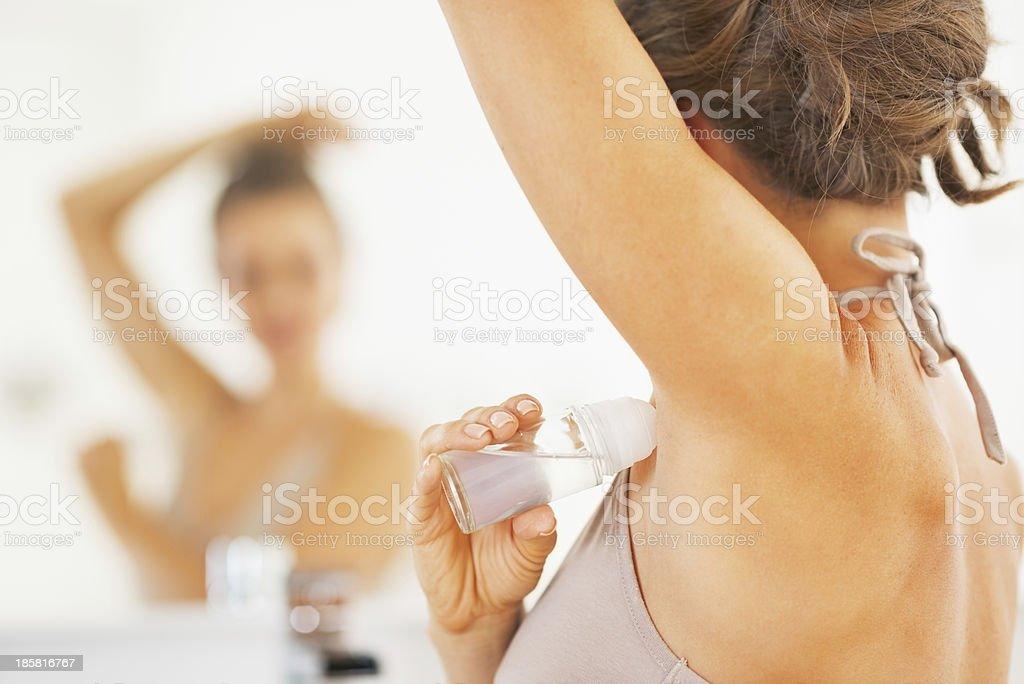 Frau anwenden-Rollschnalle am Unterarm.  Nahaufnahme – Foto
