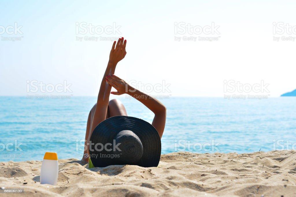 Frau anwenden Sonnenschutz lotion – Foto