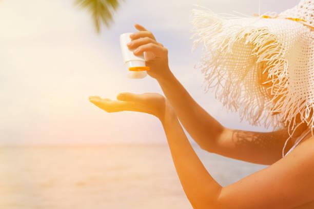 woman applying sunblock protection - 자외선 차단 뉴스 사진 이미지
