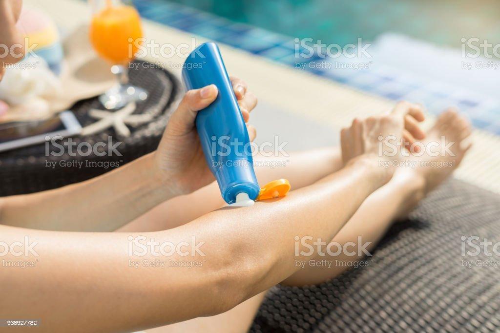 Frau Sommer Urlaub Konzept Sonnencreme eincremen – Foto