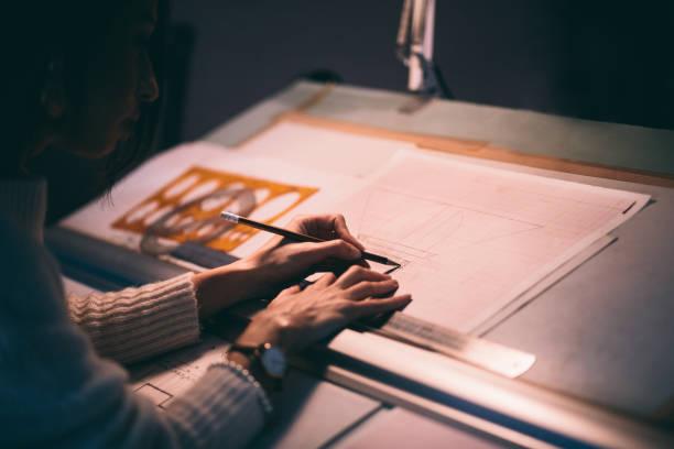Frau Architekten entwerfen Architektur Blaupausen in Arbeitsbüro – Foto