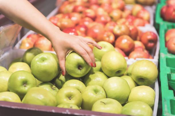 女性の腕の維持の新鮮なリンゴ ストックフォト