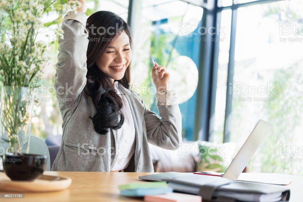 Frau Arme nach oben und mit Laptop und Smartphone-shopping-Website online-shopping-Konzept – Foto