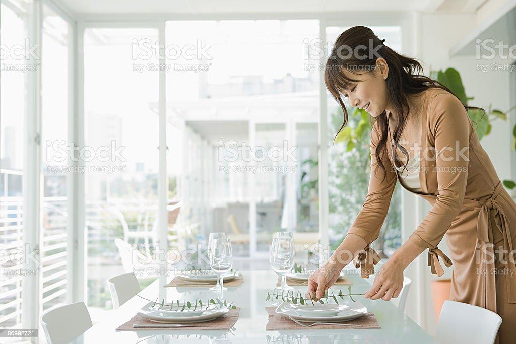 女性のディナーテーブルのお手配 ロイヤリティフリーストックフォト