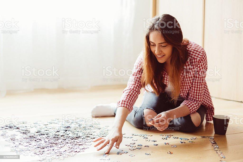 Frau Organisation puzzle wie zu Hause fühlen. – Foto