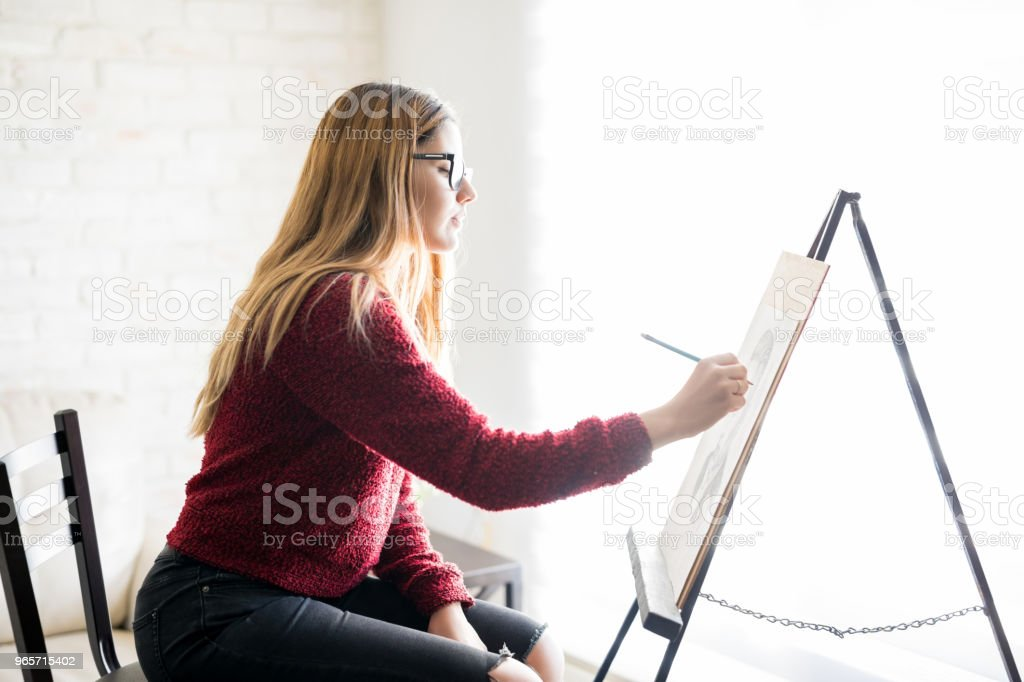 Woman artist doing canvas painting - Royalty-free 20-29 Years Stock Photo