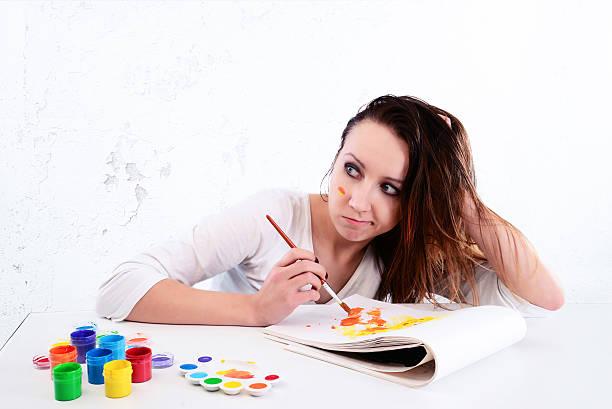 frau künstler, die auf der suche nach inspiration - maler gesucht stock-fotos und bilder