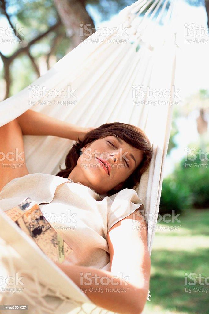 Schlafende Frau in Hängematte Lizenzfreies stock-foto