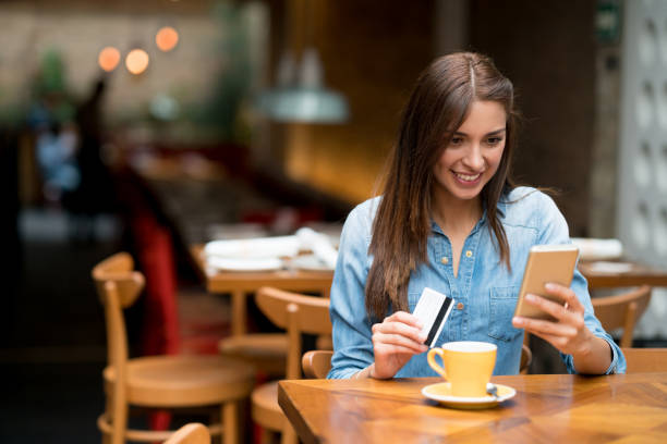 Mujer en un café de compras online - foto de stock