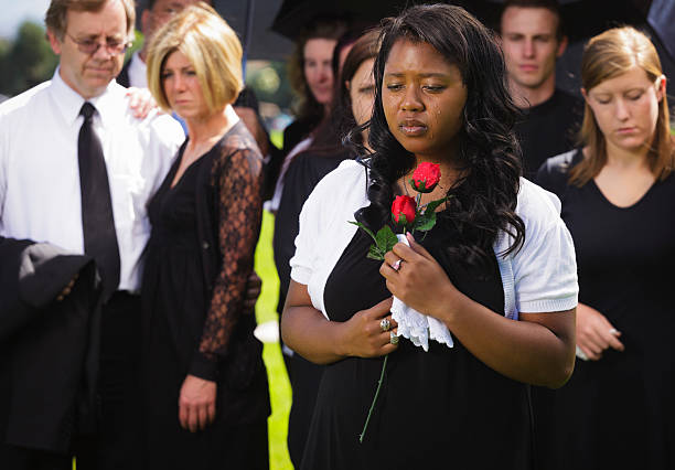 woman at a funeral - funeral crying stockfoto's en -beelden