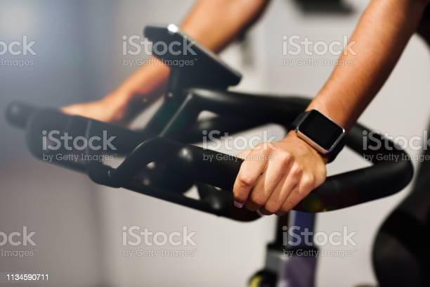 Vrouw Op Een Sportschool Doet Spinning Of Cyclo Indoor Met Smart Watch Stockfoto en meer beelden van Actieve levenswijze