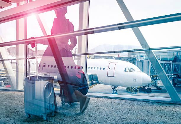 donna in aeroporto terminal con doppia esposizione effetto porta - donna valigia solitudine foto e immagini stock