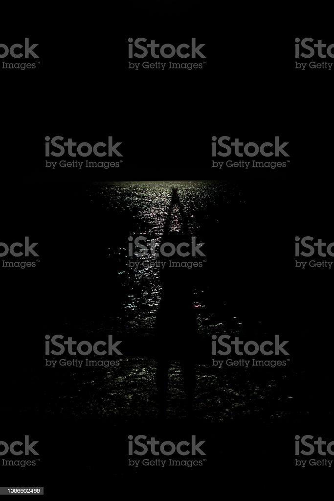 Karanlığın içinde plajda kadın stok fotoğrafı