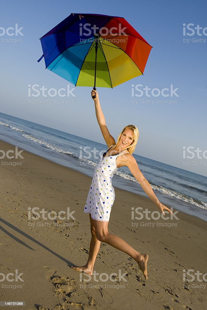 Mujer en la playa foto de stock libre de derechos