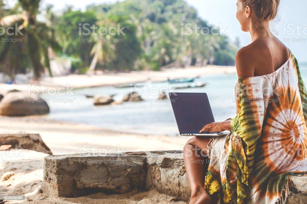 Frau am Strand Arbeiten am laptop – Foto