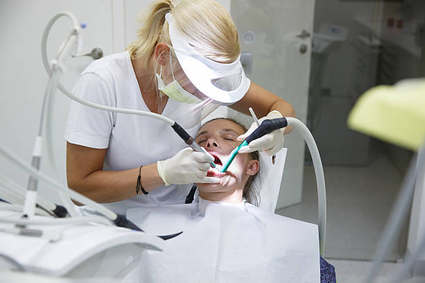 woman at dental office - zuigslang stockfoto's en -beelden