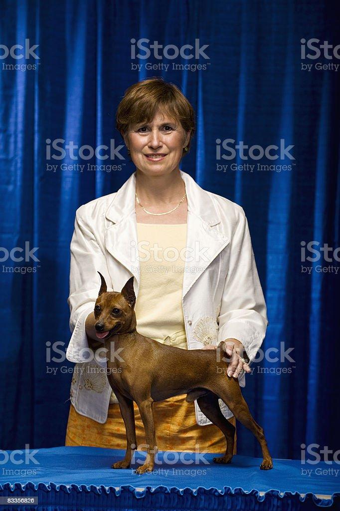 Kobieta z Pies potwierdzenie zbiór zdjęć royalty-free
