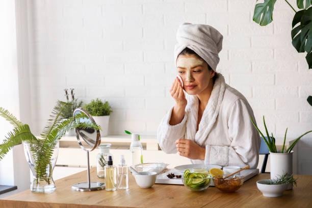 Frau zu Hause mit Hautpflege Routine – Foto