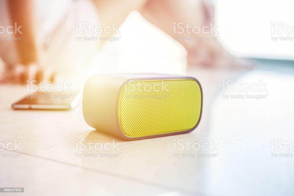 Mujer en casa mientras escucha música - foto de stock