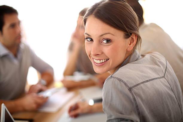 Lächelnde Frau im Büro – Foto