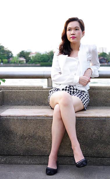 Mujer en un parque junto al río - foto de stock