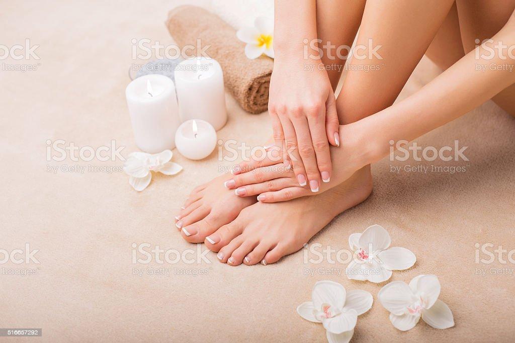 Женщина в спа с сделать маникюр и педикюр - Стоковые фото Альтернативная терапия роялти-фри
