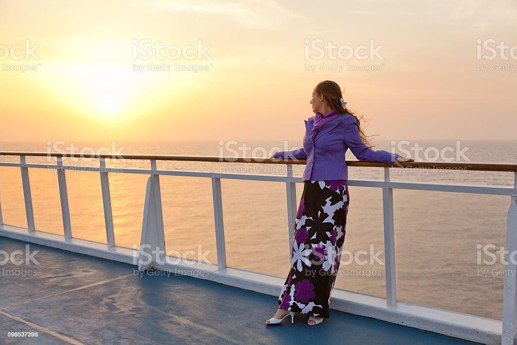 Femme au coucher du soleil photo libre de droits