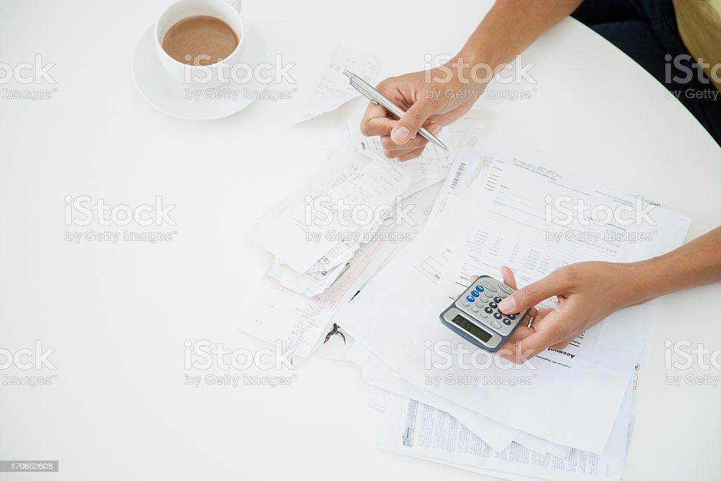 Frau am Tisch, die Rechnungen – Foto