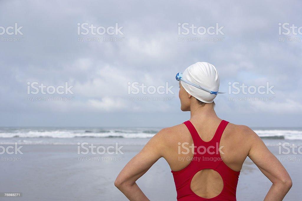 Frau am Strand mit Blick auf das Meer – Foto