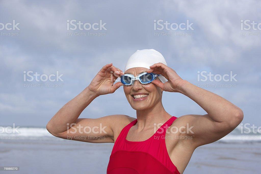 Mulher na praia de pôr em Óculos de Natação foto de stock royalty-free
